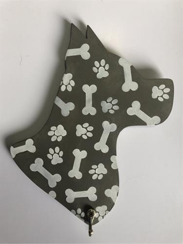 מחזיק מפתחות בצורת ראש של כלב עם עצמות
