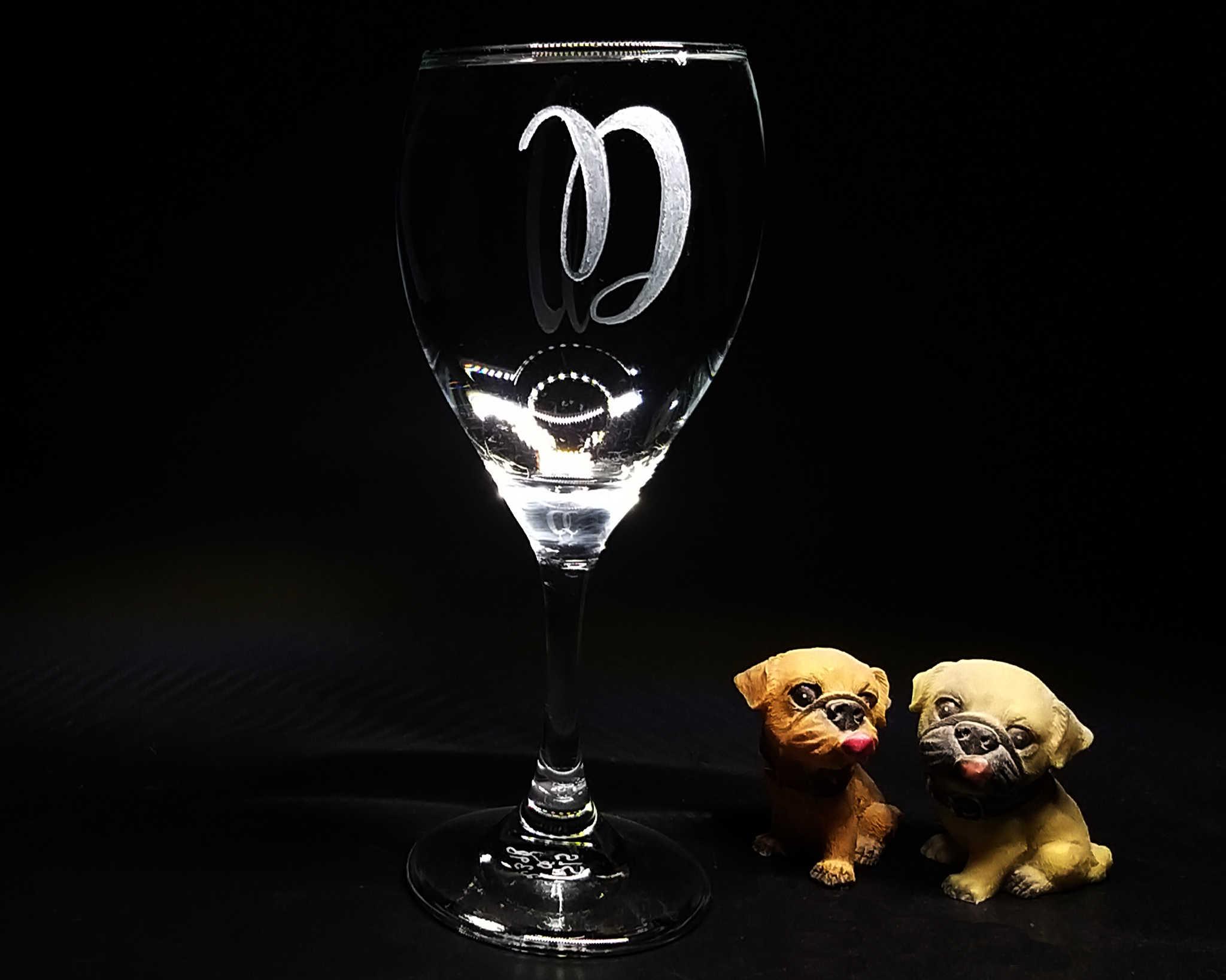 כוס יין עם חריטה של אות