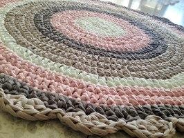 שטיח סרוג לחדר של ילדה, שטיח סרוג לחדר הילדים, שטיחים סרוגים, שטיח עגול סרוג בגוונים של ורוד, אופוויט וגווני מוקה,