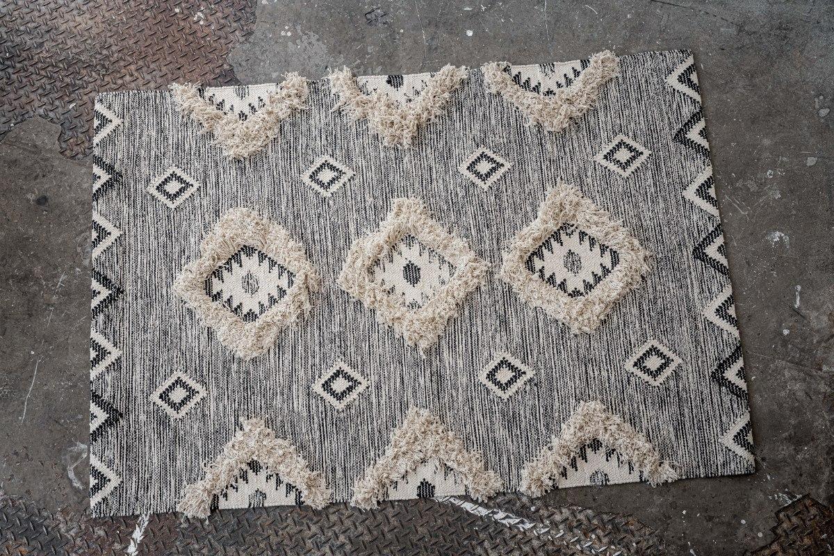 שטיח ארוג בתוספת פרנזים עליו - אפור כהה ושחור