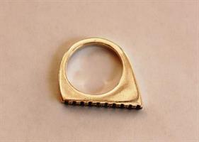 טבעת שפיץ מכסף משובצת בזרקונים שחורים גדולים