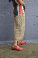 מכנסיים באורך 3/4 מדגם גלי בצבע בז׳ עם פסים לרוחב