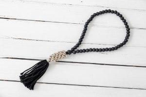 שרשרת חרוזי עץ עם סיומת צדפים - שחור