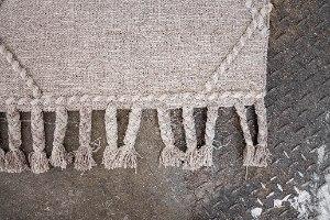 שטיח ארוג עם סיומת צמות - אבן