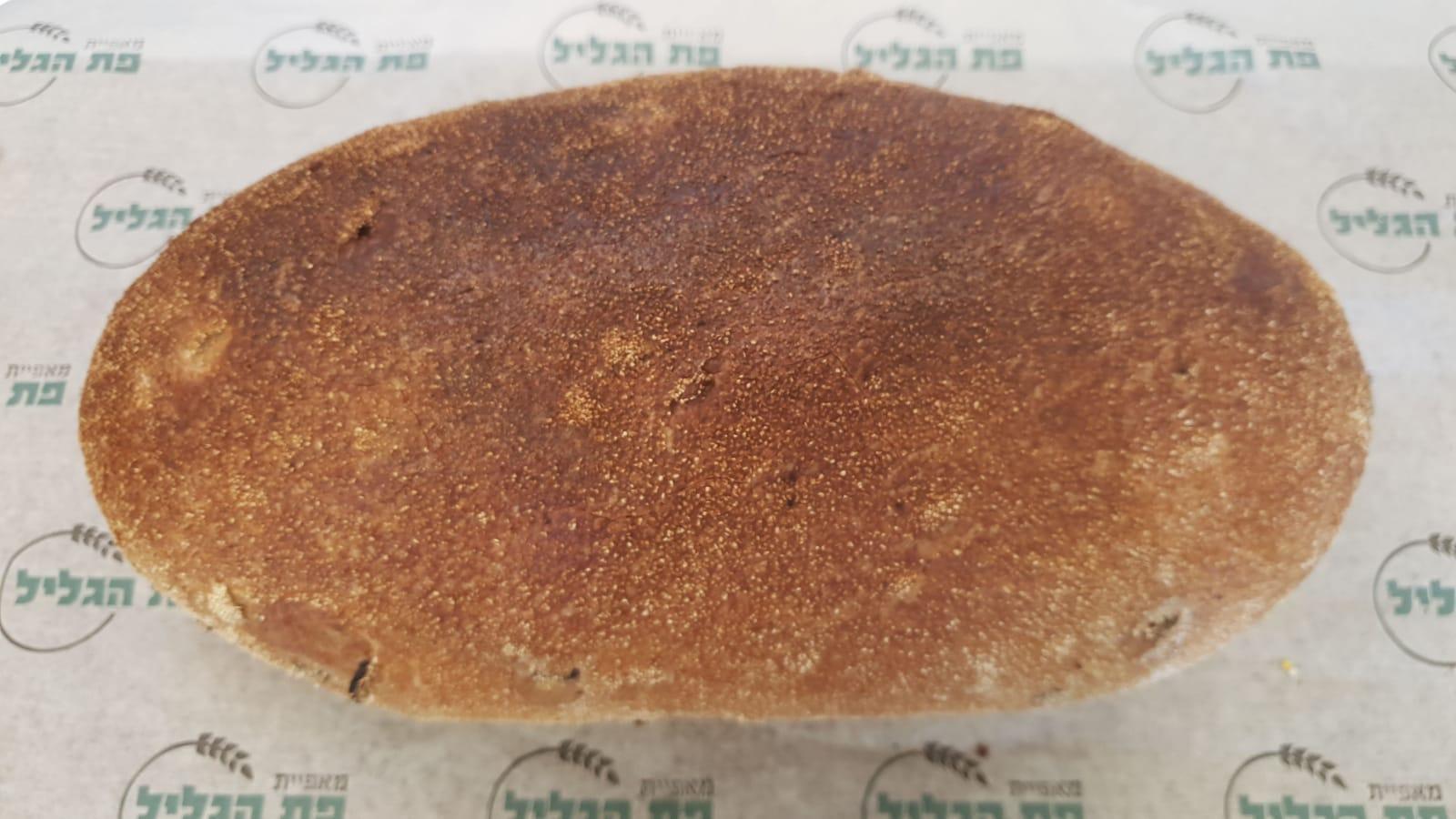 לחם מחמצת צרפתית ללא סוכר, שמרים ושמן בתוספת זיתים שחורים וגרעינים