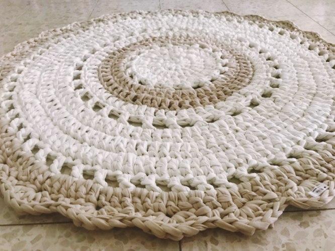 שטיח סרוג בדוגמת וינטאג' כפרית, בצבעי פשתן ואופוויט, לעיצוב כל פינה בבית ובחדרי הילדים
