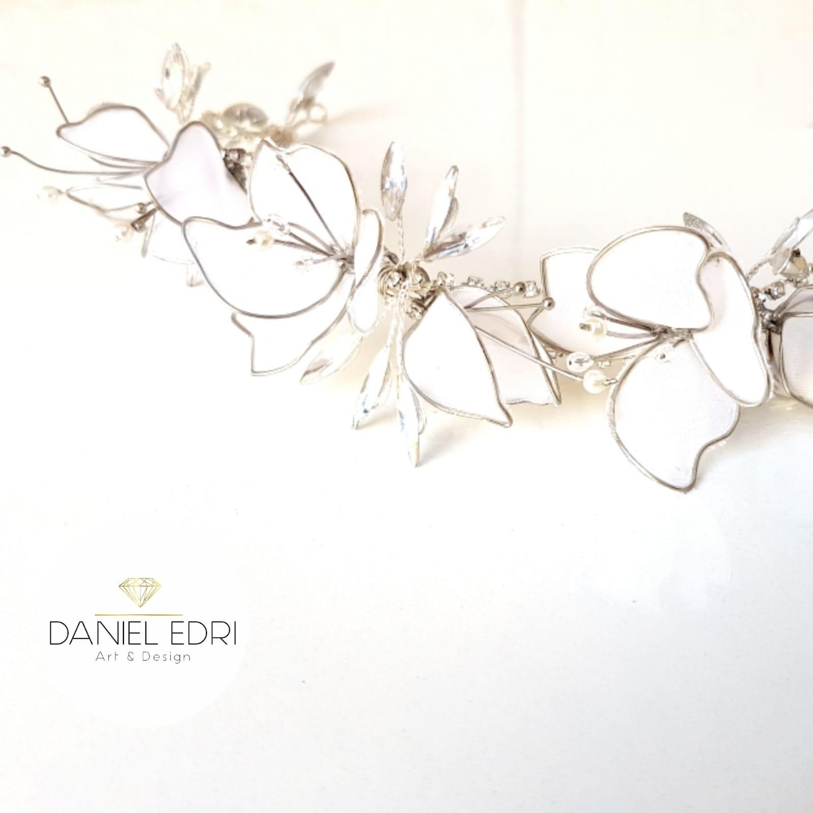 נזר הודיה - פרחים לבנים