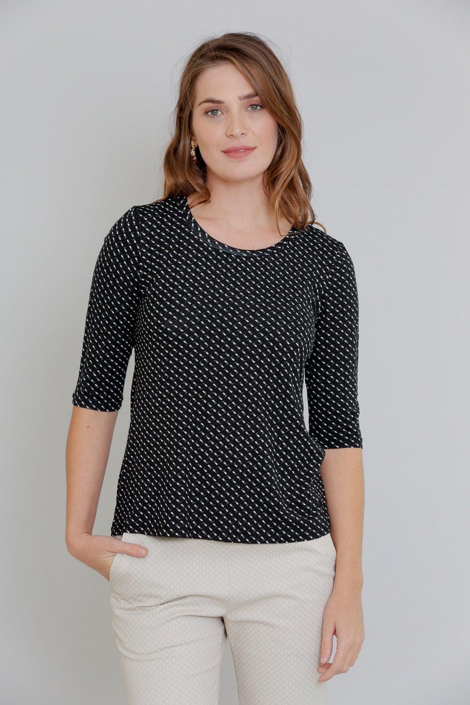 חולצת טריקו שחורה עם נקודות לבנות