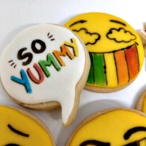 קומיקס מציירים על עוגיות