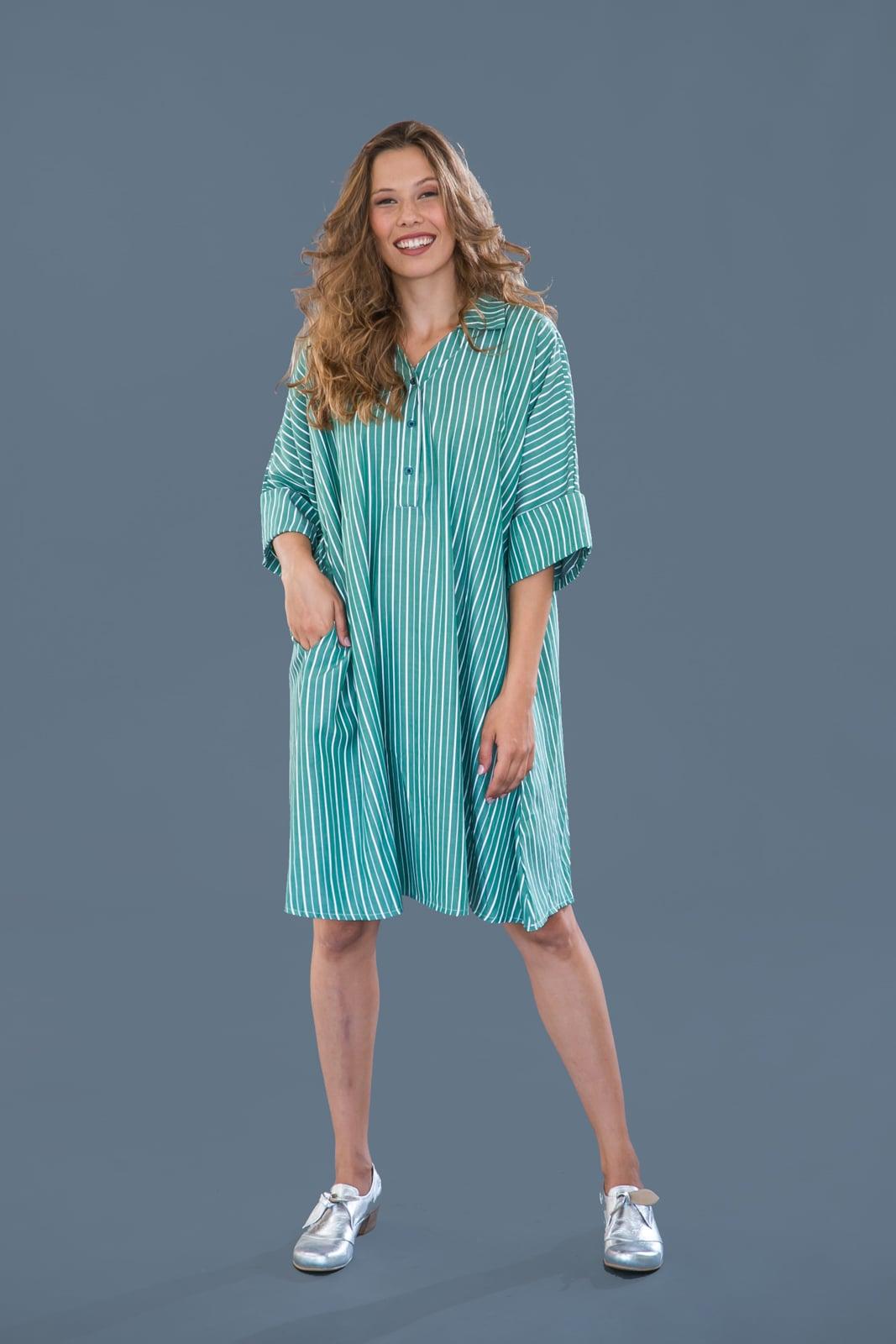 שמלת קימונו ירוקה עם פסים.