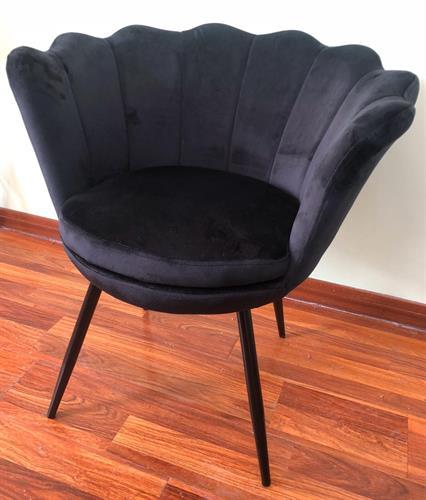 כורסה דגם צדפה מקטיפה שחורה ורגליים ממתכת בצבעים: שחור ,ורוד ,אפור