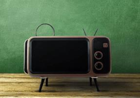 מחזיק סמארטפון מעוצב בסגנון טלוויזיה