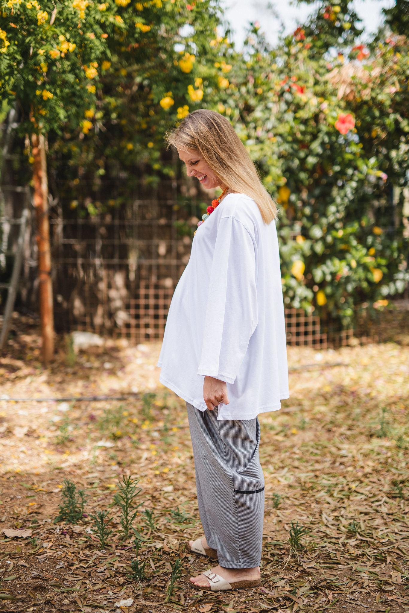 מכנסיים מדגם נור עם פסים לאורך בצבע לבן ושחור