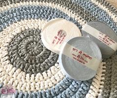 חוטי טריקו לסריגת שטיח לחדר של בן, חוטי טריקו בגווני תכלת אפור ולבן לסריגה, השראה לשילוב צבעים בסריגת שטיח מחוטי טריקו, שטיחים סרוגים מחוטי טריקו, חוטי טריקו