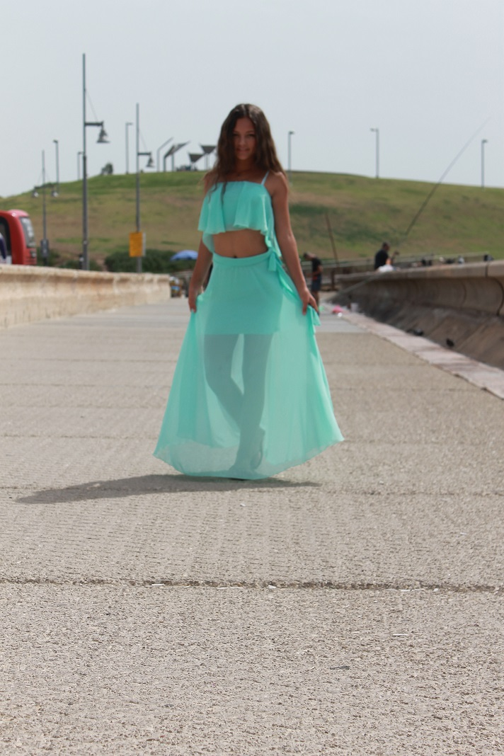 חצאית מקסי וחולצת בטן