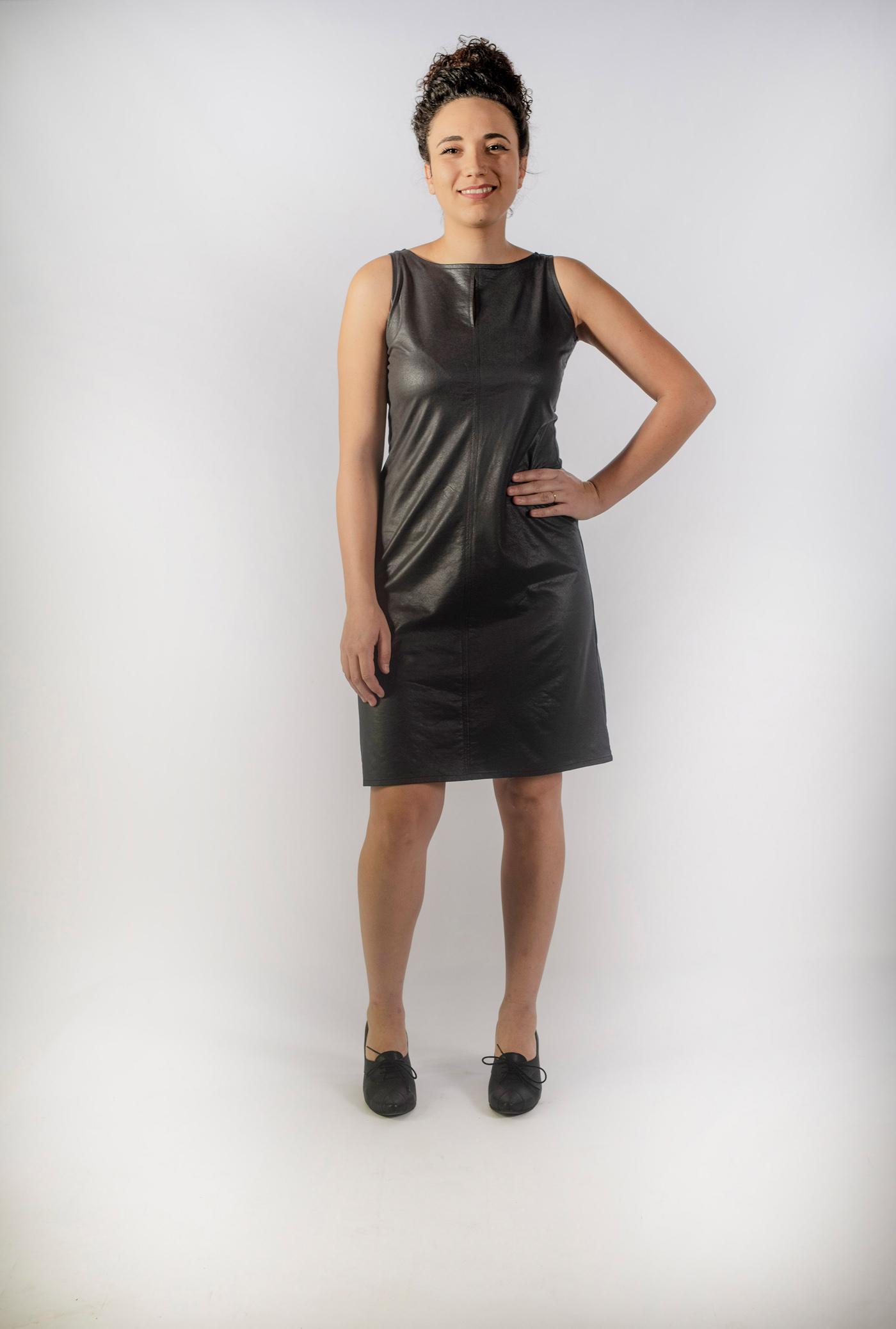 שמלה עם חתך ופתח מעל החזה , קצרה וצמודה