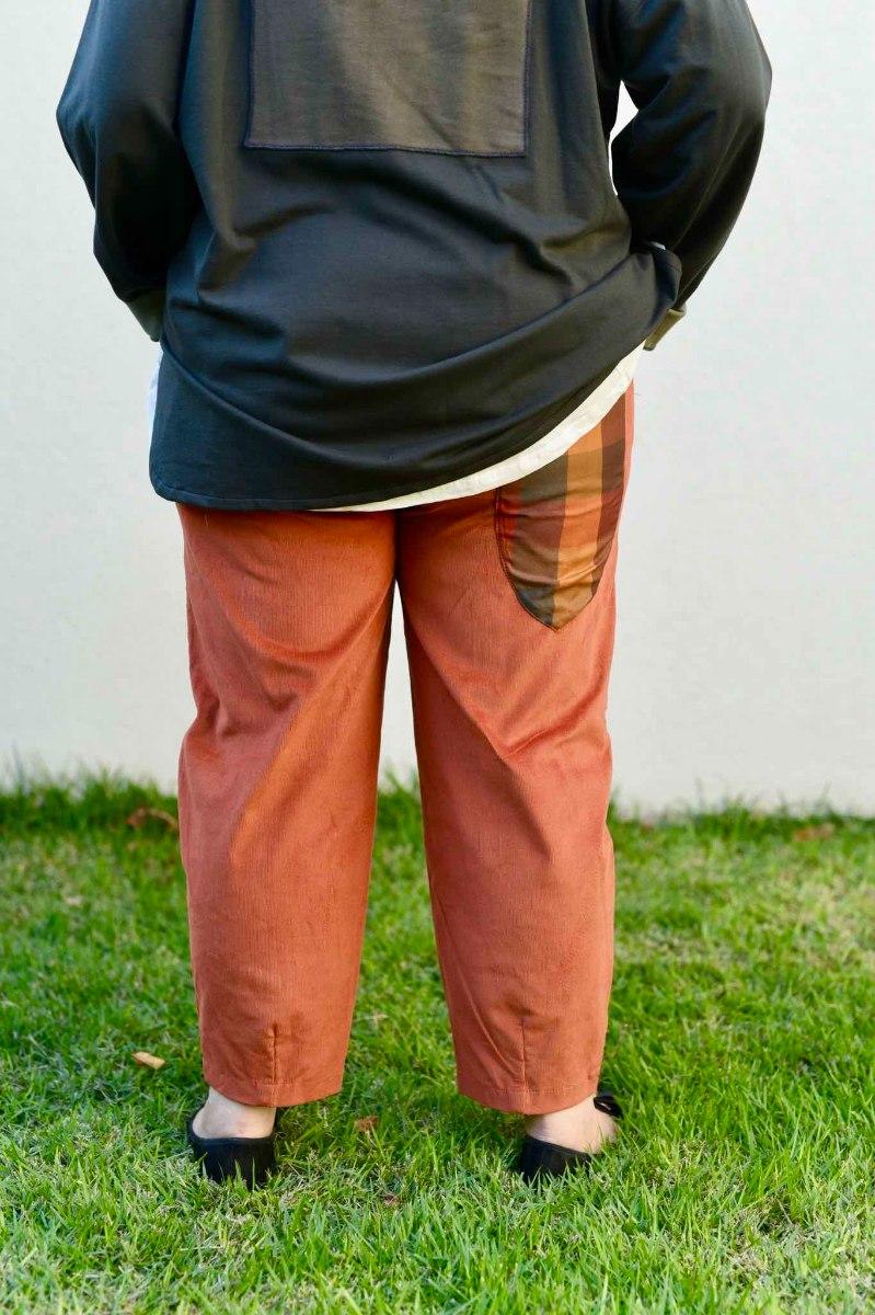 מכנסיים מדגם נור מבד קורדרוי בצבע חלודה