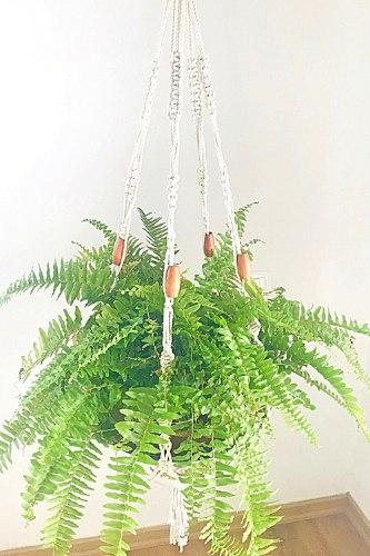 מתלה מקרמה לעציץ בשילוב חרוזי עץ בהירים לעיצוב הבית וכל פינה