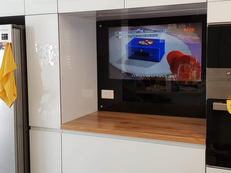 מסך זכוכית לטלויזיה במטבח