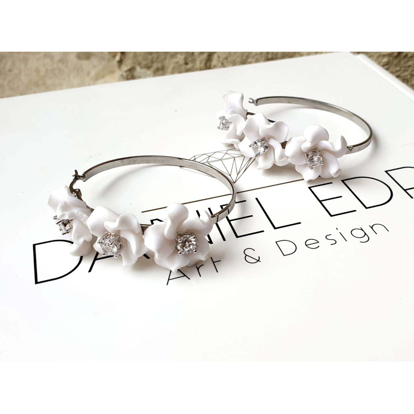 עגיל חישוק פרחים לבנים