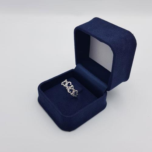טבעת זהב לבן מעוצבת לבבות