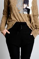 מכנס בויפרנד שחור עם פסי חרדל בצדדים