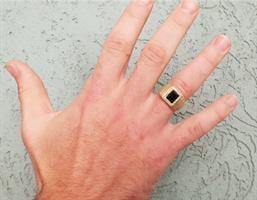 טבעת אוניקס מלבנית ויהלומים לגבר בזהב 14K