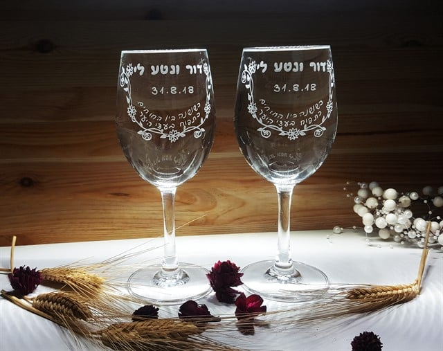 זוג כוסות יין רומנטיות שאומרות הכל