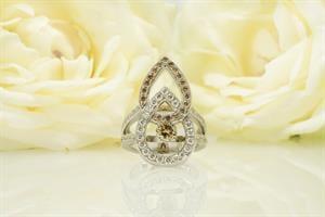 """טבעת יהלומים """"רומי"""" בסגנון טיפה 18 קראט"""