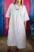 שמלה מדגם דניאלה בצבע לבן עם פסים ורודים דקיקים