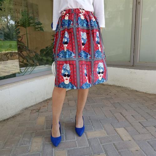 חצאית מידי הדפס אשה בצבע אדום וכחול