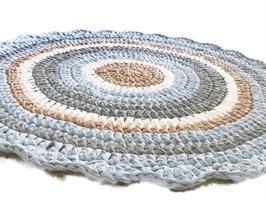 שטיח סרוג לחדר של בן בשילוב גוונים של תכלת עדין ורך