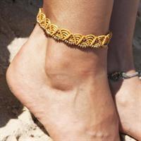 צמיד רגל מקרמה צהוב חרדל עם חרוזי בראס
