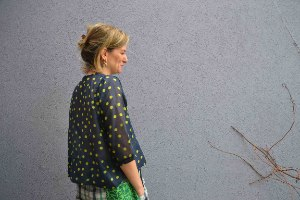 חולצה מכופתרת מדגם אדי בצבע כחול כהה עם עיגולים ירוקים