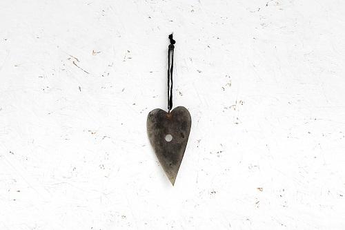 לב שטוח ממתכת עם חור -כסוף מושחר (גודל S)