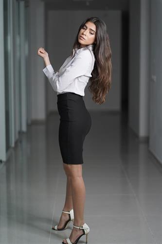 חצאית ברך מחטבת