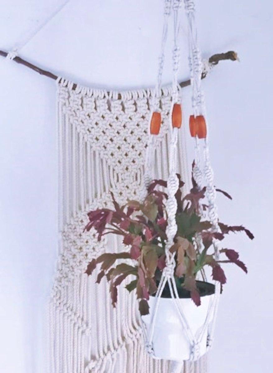 מתלה מקרמה לעציץ בשילוב חרוזי עץ