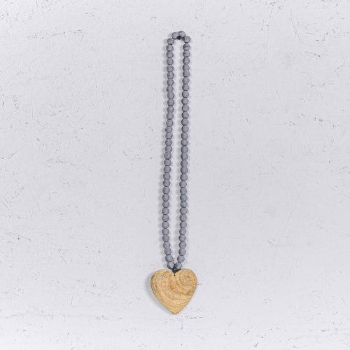 שרשרת חרוזי עץ אפור עם לב טבעי