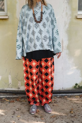 מכנסיים מדגם מיכאלה עם מעוינים על רקע כתום באווירת מקסיקו