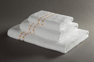 מגבת גוף לבנה עם נקודות 100% כותנה