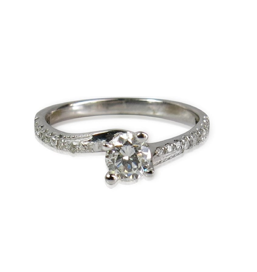 טבעת יהלומים עם טוויסט אופנתי בזהב 14 קאראט