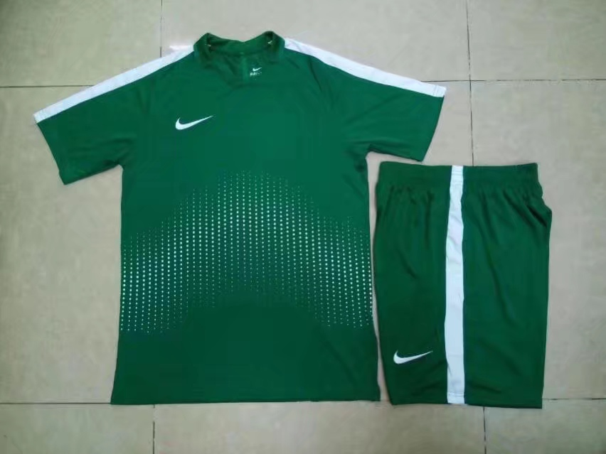 חליפת נייק ירוקה