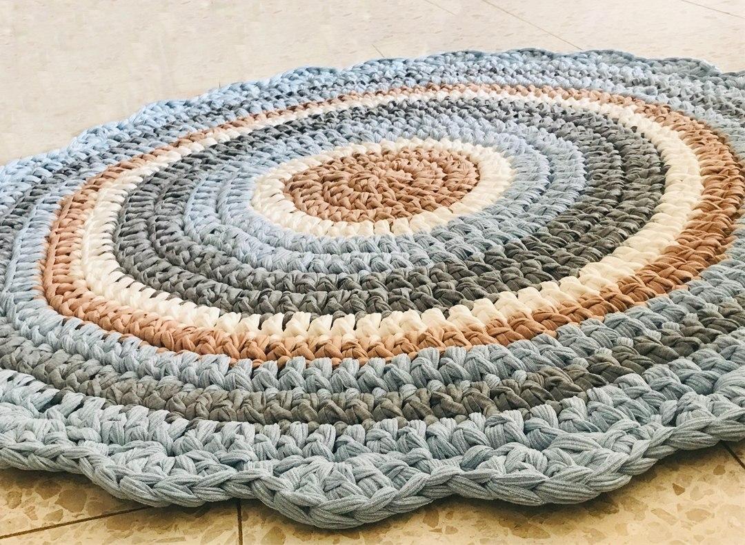 שטיח סרוג עגול, שטיח סרוג בגווני תכלת לחדר של בן, שטיח לחדר של תינוק, שטיח סרוג עגול ורך, שטיחים סרוגים