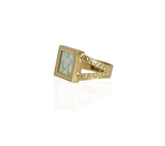 טבעת זהב עם זכוכית רומית