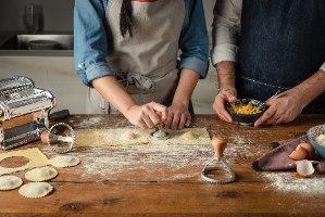 זוג חותמות בצק, ידית עץ, בצורת מרובע ועיגול,  Marcato