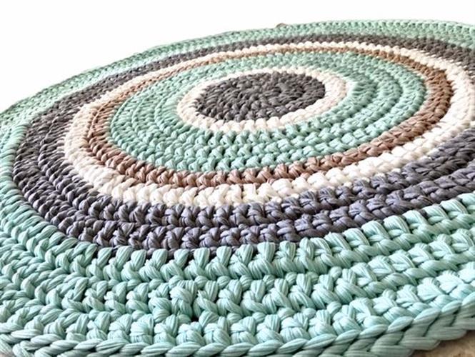 שטיח סרוג לחדר הילדים בגווני פסטל רכים של מנטה , אפור ושמנת