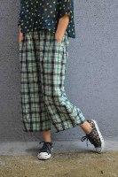 מכנסיים באורך 3/4 מדגם גלי עם משבצות בירוק
