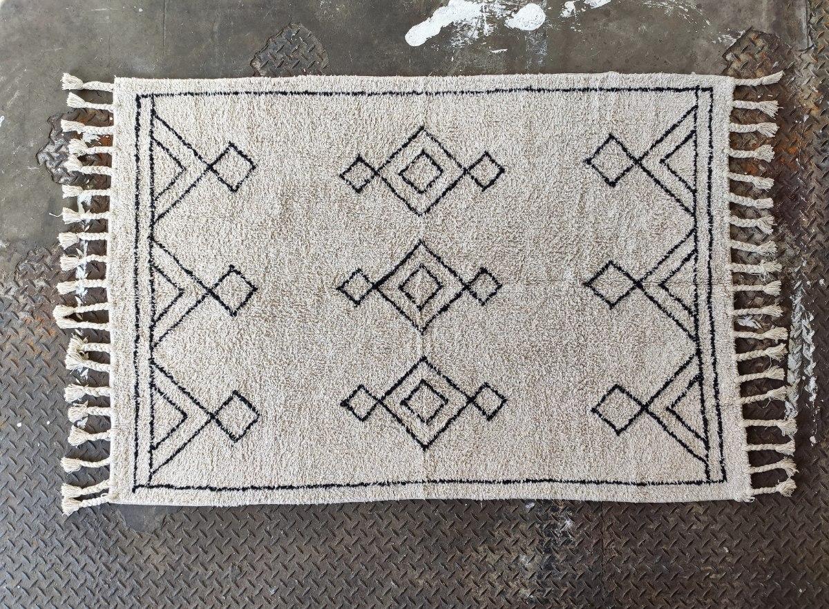 שטיח לבן מלוכלך עם דוגמה בשחור