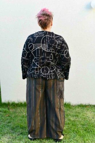 חולצות מדגם איה בצבע שחור עם הדפס גיאומטרי