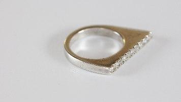 טבעת שפיץ מכסף משובצת בזרקונים לבנים